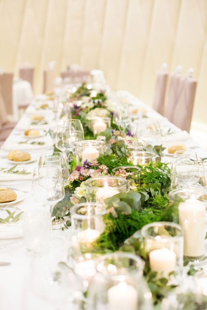 Camino de flores para mesa presidencial boda elegante