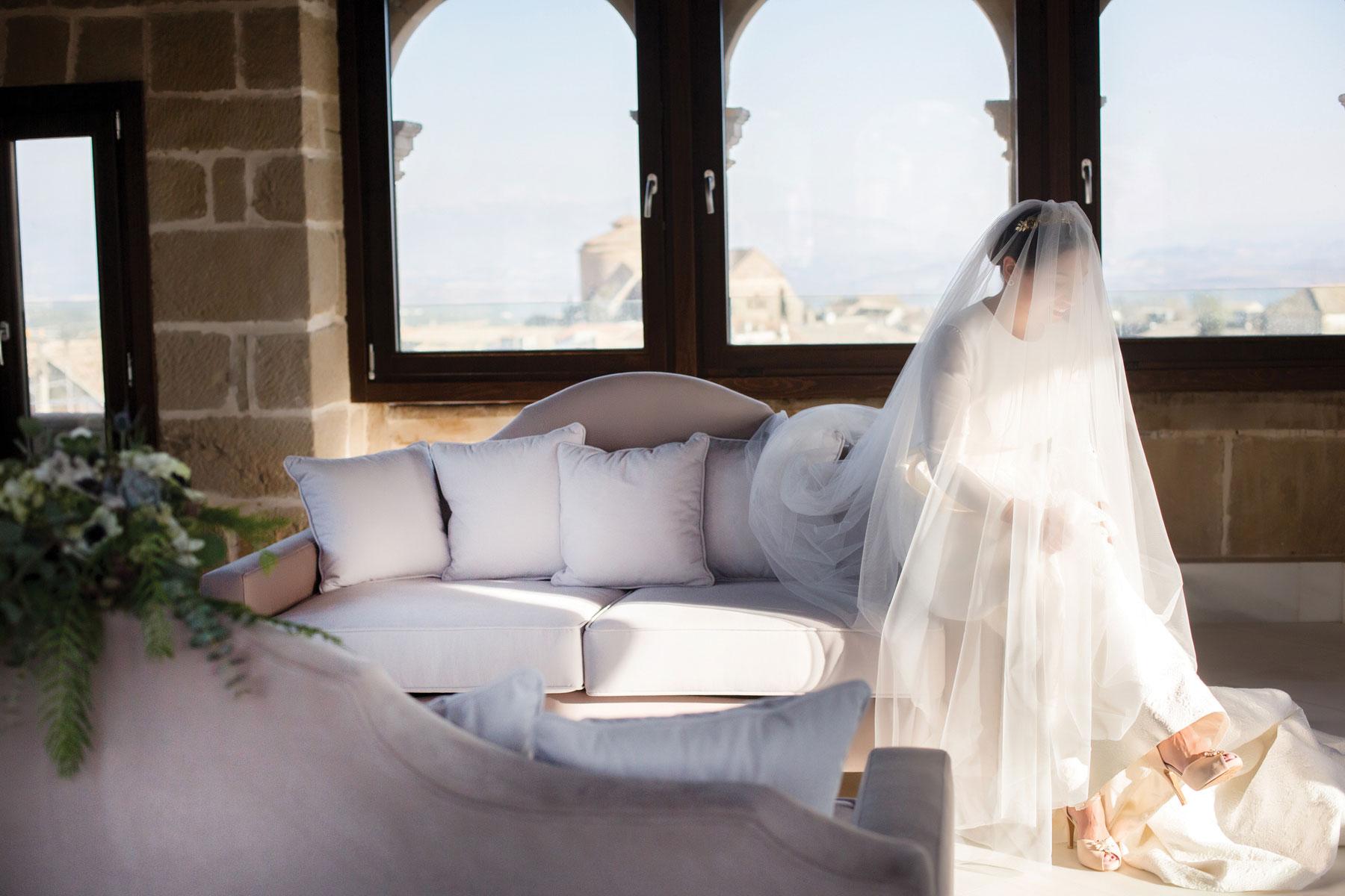 Novia elegante velada Andalucía ramo de novia