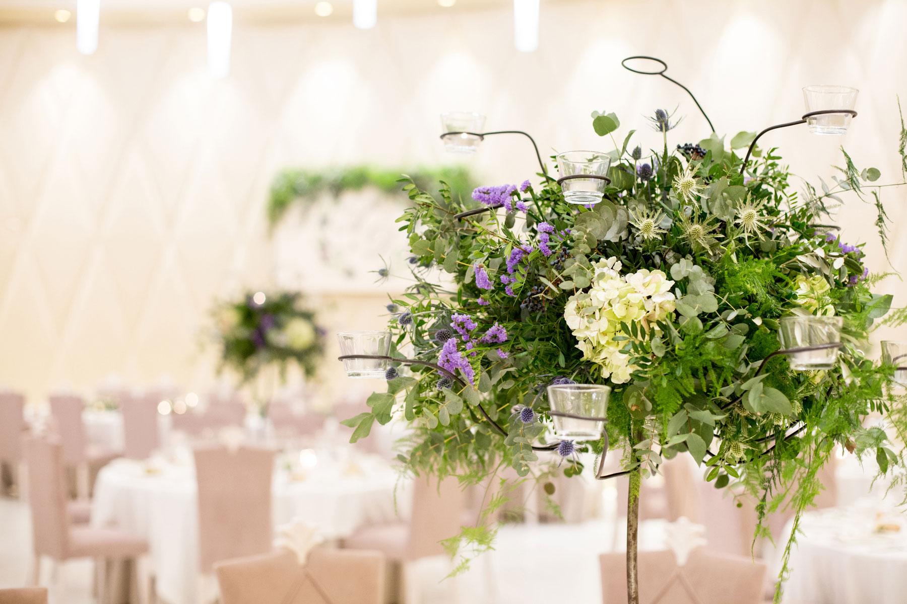 Centros altos de flores mesa boda elegante