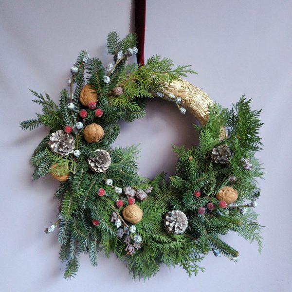 Corona de Navidad de abeto y piñas