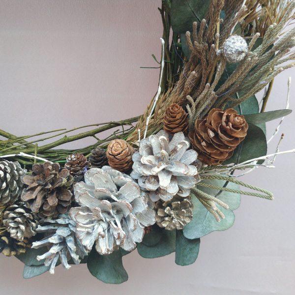 Corona de Navidad de ramas y piñas.