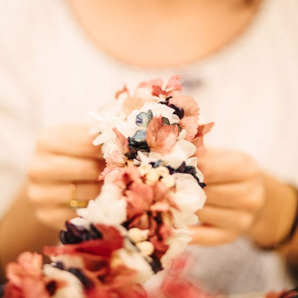 taller de tocados y coronas de flores preservadas